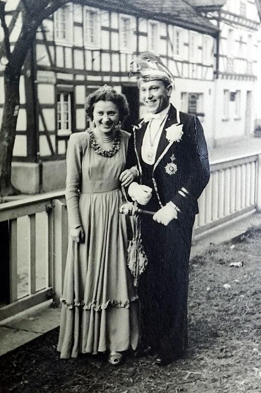 Prinzenpaar Helga Weidemann und Willi Görgen 1952 am Amt gegenüber Gasthaus Schützenhof 1952