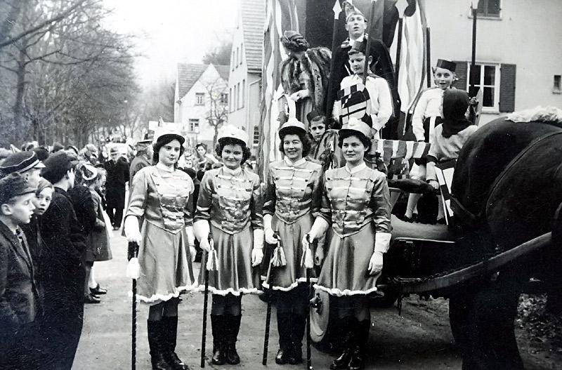 Rosenmontagszug 1952 2. v.l. Maria Pannhausen - auf dem Prinzenwagen Willi Görgen