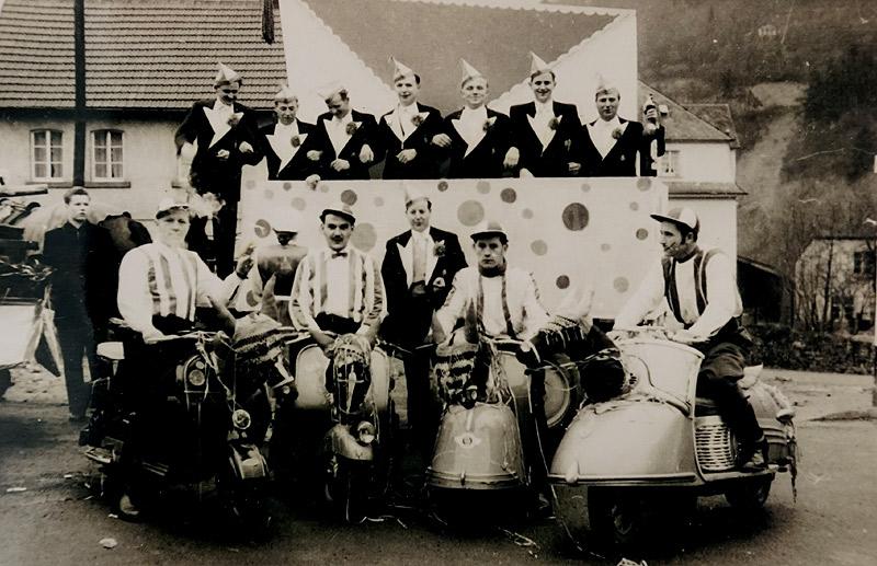 Karneval 1954 auf dem Parkplatz vorne v.l.n.r. ?, Johannes Schicker, Willi Scheid, Waldefried Nassen, Kurt Rams hinten v.l.n.r. Josef Buhr, Peter Hardt (Schneider), Peter Buhr, Johann Schmitz (Sattler), Hans Becker, Erich Rams, Willi Boden