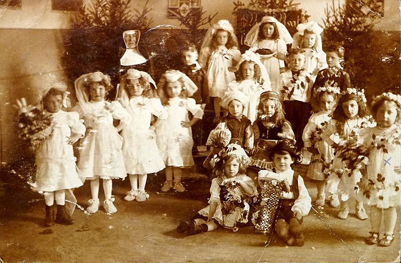 Kindergarten in der Commende 1912 Am rechten Bildrand Gertrud Pütz