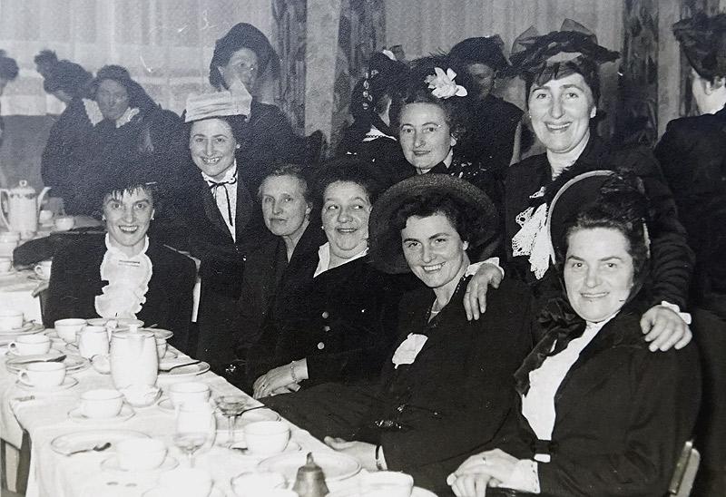 Möhnen um 1959 am Tisch v.l.n.r. ? Herborth, Greta Boden, ?, Anna Scheid, Agnes Boden, Mia Hodes stehend Theres Boden und Gertrud Zimmermann