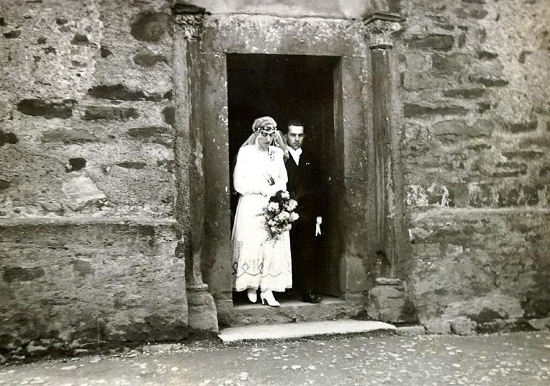 Altes Kirchenportal mit Hochzeitspaar Gertrud Pütz und Josef Zimmermann - 1932