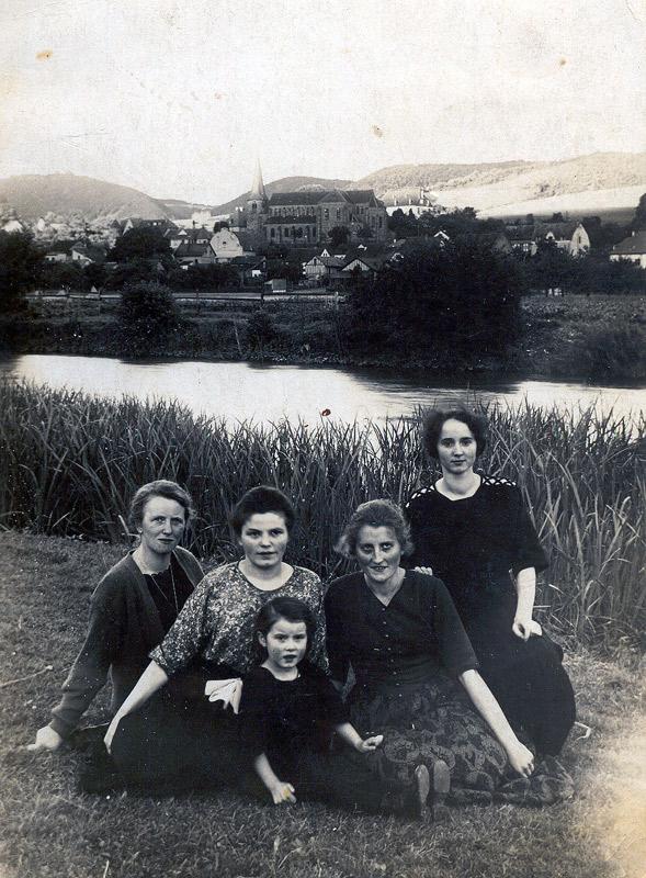 Frauen an der Wied um 1934 v.l.n.r. Cilly Theisen, Sophie Schmitz mit Tochter Maria (später Pannhausen), Magda Schmitz, Magda Theisen