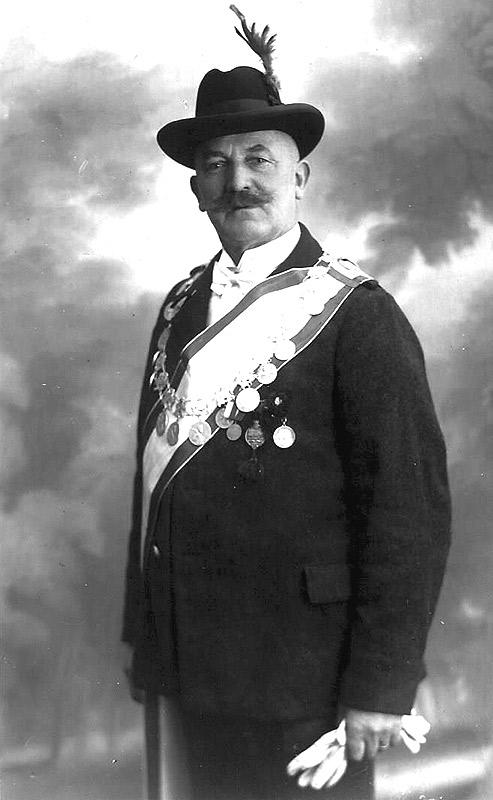 """Bäckermeister Wilhelm Bunggarten als Schützenkönig der """"Hubeener"""""""