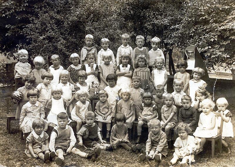 Kindergarten um 1932 vorne v.l.n.r. Marianne Görgen, Heinrich Hopp, Hermann Hopp