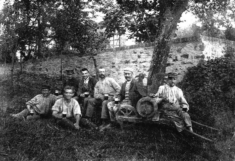 Feucht-fröhliche Reparatur des Kirchturmhahns (1926 ?) 3. von rechts Nikolaus Rams (Vater von Erich Rams)