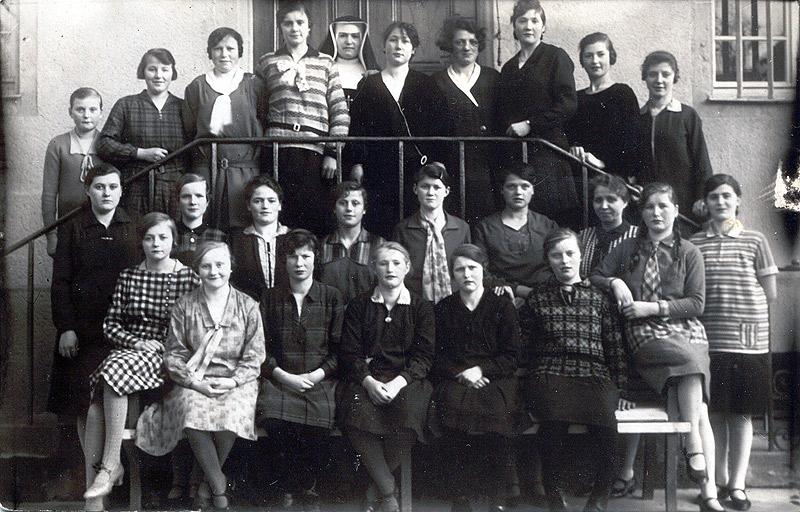 Nähschule 1930 im Sankt Rosastift links außen Anna Schausten, oben in der Mitte Magda Schäfer, rechts außen Therese Engels