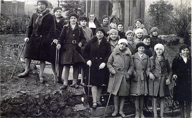 Ausflug der Nähschule 1931 links Magda Schäfer, 6. von links Trautsche Linzenbach, 2. von rechts Gertrud Schmidt