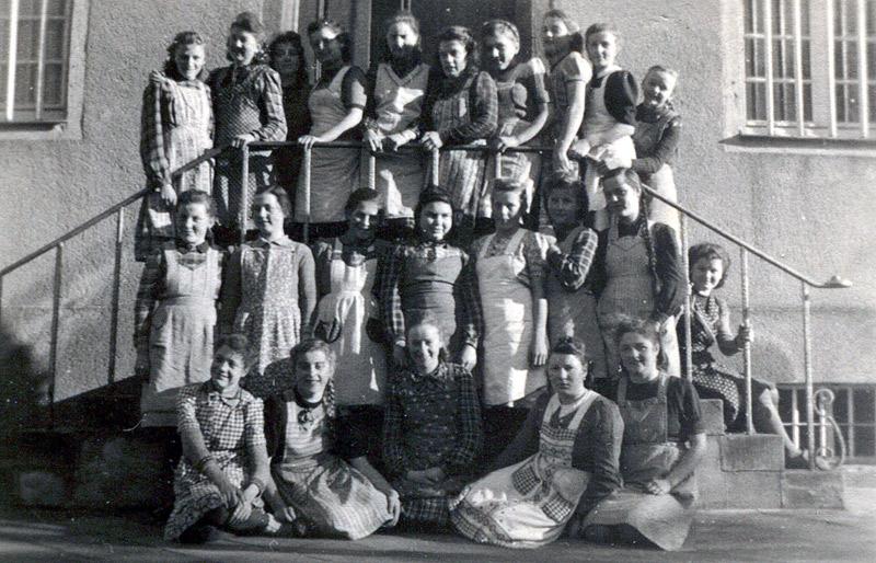 Nähschule um 1940?