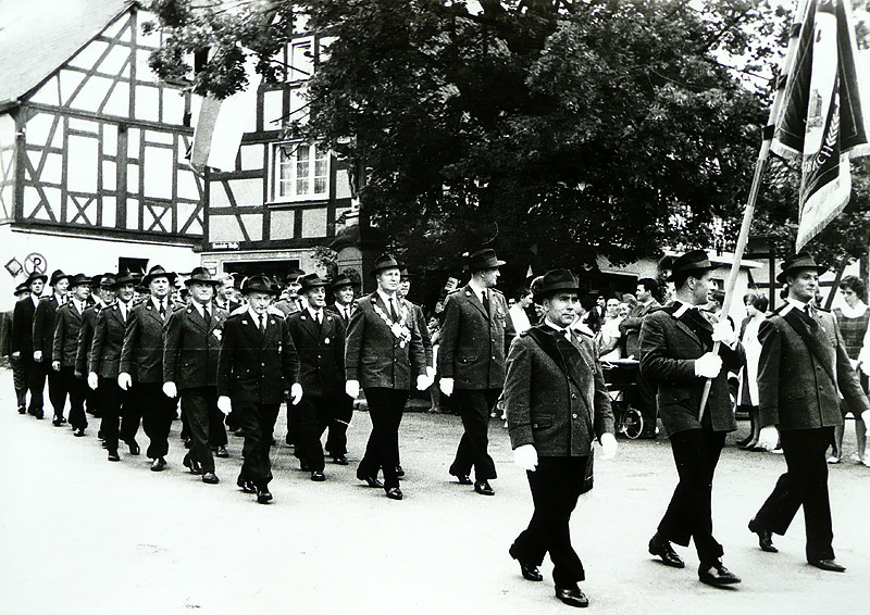 Schützenumzug mit Schützenkönig Johann Over um 1960 Fahnenträger v.l.n.r. Franz Täuber, Waldefried Nassen, Georg Zöller