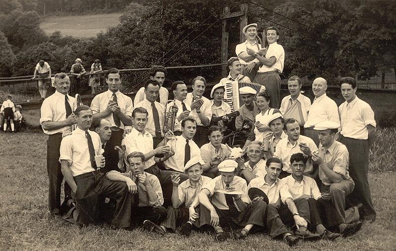 Junggesellen1939 an der Hängebrücke
