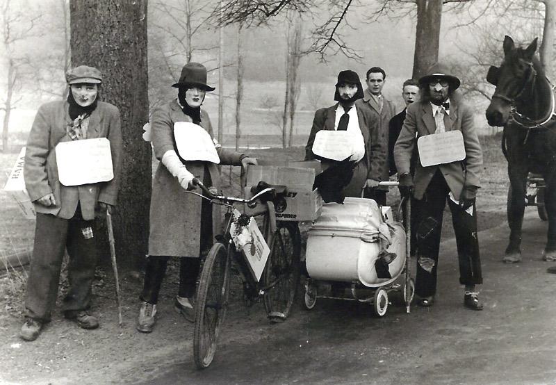 """""""De Dippelbröde"""" - Wir wollen unsere alte Bude wieder haben 1. Preis beim Maskenball Anfang 1950er Jahre Hinten: Ildefons Nassen und Vinzenz Buhr"""
