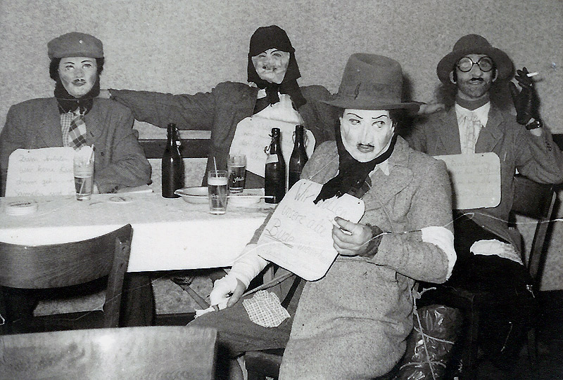 """""""De Dippelbröde"""" - Karneval 1950er v.l.n.r. Willi Zimmermann, Jo Reuschenbach, Günter Reuschenbach, Max (Frisör)"""
