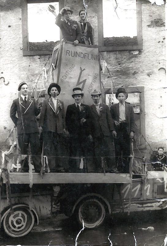 Rosenmontag 1946 Im Turm oben: Helmut Lerbs und Franz-Josef Schütz vorne v.l.n.r. Robert Over, Herbert Rams, Hans Reuschenbach, Waldefried Nassen, ? Im Hintergrund die Ruine der Alten Schule
