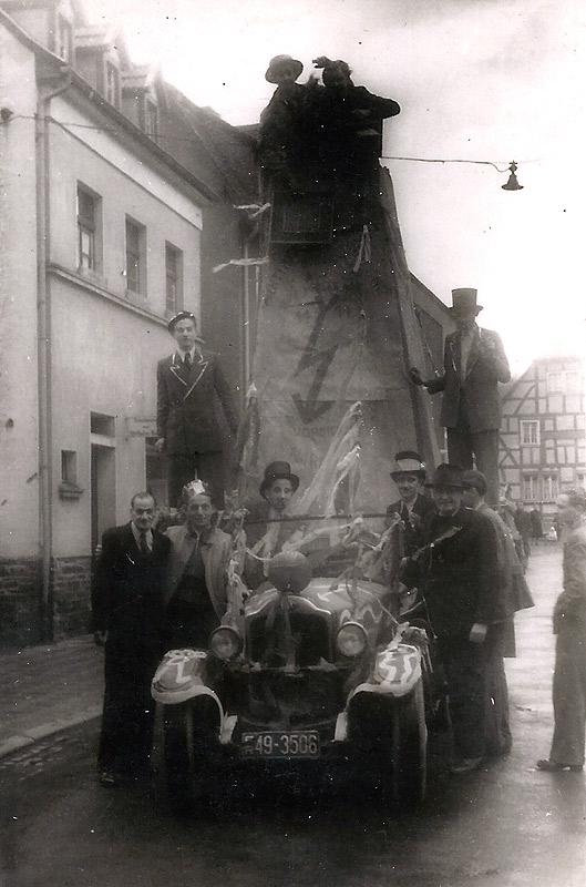 """Rosenmontag 1948 - Neuwieder Strasse Im Hinterngrund: Gasthaus """"Zum Schützenhof"""""""