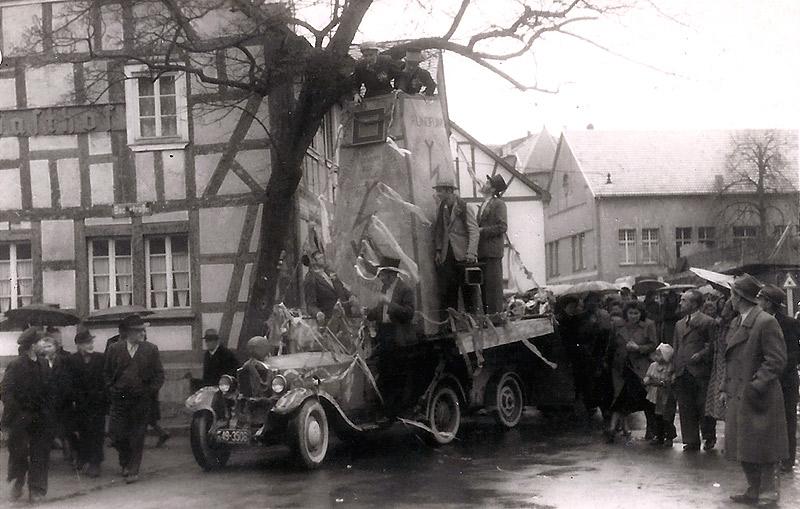 Rosenmontag 1948 - Baum im Weg? Im Hintergrund Kinderkurheim